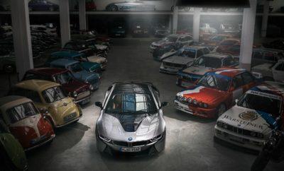 """Η τελευταία 'ευθεία' στο δρόμο για το """"Hall of Fame"""" του σπορ αυτοκινήτου της BMW: Έξι χρόνια αφότου λανσαρίστηκε στην αγορά, σταματά ο κύκλος ζωής του BMW i8. Με το τέλος της παραγωγής του BMW i8 Coupé (κατανάλωση καυσίμου στο μικτό κύκλο: 1,8 l/100 km, κατανάλωση ηλεκτρικής ενέργειας στο μικτό κύκλο: 14,0 kWh/100 km, εκπομπές CO2 στο μικτό κύκλο: 42 g/km*) και του BMW i8 Roadster (κατανάλωση καυσίμου στο μικτό κύκλο: 2,0 l/100 km, κατανάλωση ηλεκτρικής ενέργειας στο μικτό κύκλο: 14.5 kWh/100 km, εκπομπές CO2 στο μικτό κύκλο: 46 g/km), τα plug-in υβριδικά σπορ μοντέλα θα έχουν διασφαλίσει μία θέση στο πάνθεον της ιστορίας. Το BMW i8 ξεκίνησε την παγκοσμίως επιτυχημένη πορείας του ως ένας μοναδικός συνδυασμός φουτουριστικής σχεδίασης και πρωτοποριακής τεχνολογίας. Το πρώτο plug-in υβριδικό μοντέλο του BMW Group άνοιξε το δρόμο για τη σπορ και ταυτόχρονα βιώσιμη οδηγική απόλαυση και έγινε η επιτομή του πάθους της οδήγησης με ηλεκτροκίνηση. Έθεσε τα θεμέλια για τη διεύρυνση της γκάμας των plug-in υβριδικών μοντέλων του BMW Group. Ταυτόχρονα, το BMW i8 εξελίχθηκε στο πιο επιτυχημένο σπορ αυτοκίνητο με σύστημα ηλεκτροκίνησης παγκοσμίως. Με πωλήσεις που ξεπερνούν τις 20.000 μονάδες από το 2014, πέτυχε υψηλότερα νούμερα από το σύνολο του ανταγωνισμού στην κατηγορία αυτή. Το BMW Vision EfficientDynamics ήταν ήδη μία ελκυστική προοπτική για το μέλλον της ατομικής μετακίνησης. Η σχεδιαστική μελέτη που παρουσιάστηκε στο Διεθνές Σαλόνι Αυτοκινήτου της Φρανκφούρτης το 2009 ενσάρκωνε ένα συνδυασμό οδηγικής απόλαυσης / εμπνευσμένης σχεδίασης BMW και πρωτοποριακής βιωσιμότητας. Η μελέτη ενός σπορ 2+2 αυτοκινήτου με πόρτες που ανοίγουν προς τα πάνω, νέα ερμηνεία της διάσημης σχεδιαστικής φιλοσοφίας BMW, plug-in υβριδικό σύστημα κίνησης και σύστημα τετρακίνησης υψηλής ποιότητας και απόδοσης, έτυχαν ευρείας αποδοχής. Με την ανακοίνωση ότι τα βασικά σχεδιαστικά και τεχνολογικά χαρακτηριστικά του θα μεταφέρονταν σε ένα μοντέλο παραγωγής της νεοσύστατης τότε μάρκας BMW i, σηματοδοτήθηκε"""