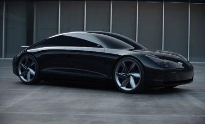 • To νέο EV concept «Prophecy» της Hyundai Motor επεκτείνει τη σχεδιαστική φιλοσοφία «Sensuous Sportiness» της εταιρείας • Υψηλόβαθμα στελέχη της Hyundai αποκαλύπτουν τη στρατηγική της σχετικά με την ηλεκτροκίνηση Η Hyundai Motor παρουσίασε το νέο Concept EV 'Prophecy' κατά τη διάρκεια μιας video- παρουσίασης που μπορείτε να παρακολουθήσετε στο www.hyundai.news, παρουσιάζοντας τα βασικά στοιχεία του σχεδιασμού και των τεχνολογιών του. Με τη διαχρονική σχεδίαση ενός κλασικού αυτοκινήτου, το 'Prophecy' εμπνέεται από τη σχεδιαστική φιλοσοφία 'Sensuous Sportiness' της εταιρείας και ενσωματώνει την «Optimistic Futurism», την επόμενη πτυχή της σχεδιαστικής της φιλοσοφίας, η οποία στοχεύει στην εξισορρόπηση της φύσης και της τεχνολογίας, της συγκίνησης και της πρακτικότητας. Κατά τη διάρκεια της παρουσίασης σε μια ανοιχτή συζήτηση μεταξύ των κκ. Thomas Schemera, Head of Product Division του Hyundai Motor Group. Luc Donckerwolke, Chief Design Officer του Hyundai Motor Group και Andreas-Christoph Hofmann, Vice President Marketing & Product της Hyundai Motor Europe αποκαλύφθηκε η στρατηγική της εταιρείας για την ηλεκτροκίνηση. Το Hyundai Motor Group επεκτείνει την προϊοντική του γκάμα με 44 ηλεκτροκίνητα οχήματα ενώ παράλληλα η Hyundai Motor Company σχεδιάζει να επενδύσει 50 δισ. Ευρώ μέχρι το 2025 σε επίπεδο έρευνας και ανάπτυξης για μελλοντικές τεχνολογίες. Η προσδοκία είναι να πουληθούν περισσότερα από 670.000 οχήματα μπαταριών και κυψελών καυσίμου ετησίως έως το 2025 και η εταιρεία να τοποθετηθεί μεταξύ των κορυφαίων τριών κατασκευαστών EV σε παγκόσμιο επίπεδο. Στην Ευρώπη, μέχρι τα τέλη του 2020 πάνω από το 75% της γκάμας της εταιρείας θα αποτελείται από ηλεκτρικά οχήματα και η εταιρεία σκοπεύει να διαθέσει φέτος 80.000 αυτοκίνητα με μηδενικές εκπομπές ρύπων στους ευρωπαίους καταναλωτές. Prophecy : καθορίζει ένα λαμπρό σχεδιαστικό μέλλον για τη Hyundai To Prophecy δημιουργεί νέα standards για το EV segment. Το μεγαλύτερο μεταξόνιο και η μικρότερη προεξοχή της πλατφόρμας 