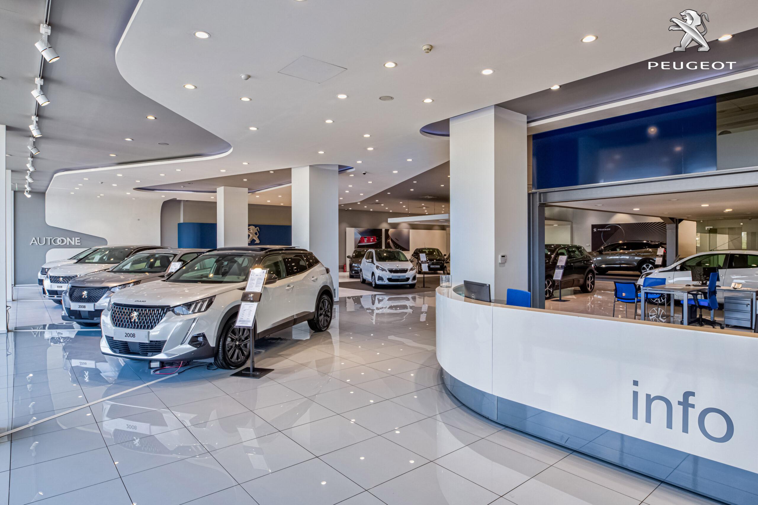 """Η Peugeot Autoone εφαρμόζει μια καινοτόμο τεχνολογία (Virtual Walkthrough) για την online εικονική περιήγηση στην έκθεση, μέσω της οποίας ο χρήστης έχει τη δυνατότητα να επισκεφτεί εικονικά το φυσικό κατάστημα και να περιηγηθεί σε αυτό βλέποντας όλα τα μοντέλα της Peugeot. Η νέα εφαρμομή """"Peugeot Virtual Walktrhough"""" φιλοξενείται στον ιστότοπο https://autoone.peugeot-hellas.gr και επιτρέπει μια πλήρη ξενάγηση στην έκθεση της Peugeot Autoone διαδικτυακά χρησιμοποιώντας smartphone, tablet ή laptop. Κατά τη διάρκεια της περιήγησης, εμφανίζονται όλα τα μοντέλα και προιοντικές πληροφορίες με σήμανση (tags), μέσω των οποίων ο περιηγητής μπορεί να μεταφερθεί στη σχετική σελίδα στην οποία μπορεί να διαβάσει περισσότερα και να τα «μοιραστεί» στα Social Media. Για μεγαλύτερη διευκόλυνση, υπάρχουν σχετικές ενδείξεις πλοήγησης στον φυσικό διάδρομο αλλά και λειτουργίες, όπως το «panorama» (πανοραμικές εικόνες στα σημεία του Walkthrough) που προβάλουν ολοκληρωμένα χώρους του καταστήματος με μεγαλύτερη λεπτομέρεια και το «timeline» όπου παρουσιάζονται όλα τα σημεία ενδιαφέροντος της περιήγησης (tags). Επιπλέον, υπάρχει η δυνατότητα αυτόματης αναπαραγωγής και «επίσκεψης» σε συγκεκριμένους χώρους που κάνουν την περιήγηση ακόμα πιο γρήγορη και με περισσότερες επιλογές! Η εφαρμογή βασίζεται στη μοναδική, προηγμένη πλατφόρμα VitrinaBox. H τεχνολογία αυτή δίνει τη δυνατότητα στον online επισκέπτη να περιηγηθεί στην Έκθεση σε συνεχή ροή και να απολαύσει τα εσωτερικά των αυτοκινήτων με οπτική 360˚, εύκολα & γρήγορα στο φυσικό χώρο του καταστήματος, ανεξαρτήτως συσκευής ή browser και χωρίς την ανάγκη εγκατάστασης κάποιας εφαρμογής ή χρήσης ειδικού εξοπλισμού. Μπορείτε να επισκεφθείτε την PEUGEOT AUTOONE εδώ: https://bit.ly/2KeNRVE"""